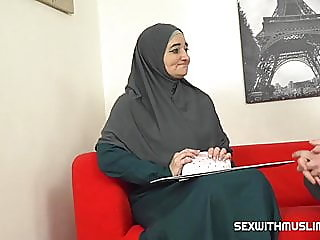 Muslim milf pays for service..